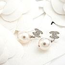 CHANEL 經典雙C LOGO 水鑽鑲嵌珍珠墜飾穿式耳環 (銀色)
