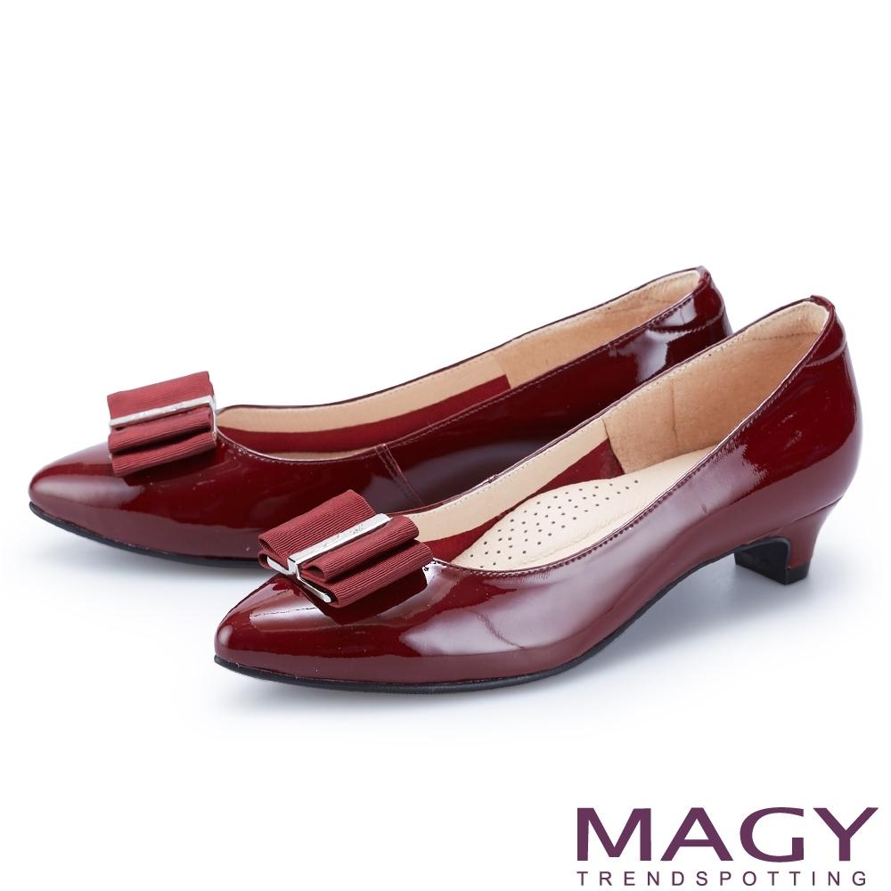 MAGY 金屬釦+織帶蝴蝶結真皮尖頭 女 低跟鞋 酒紅