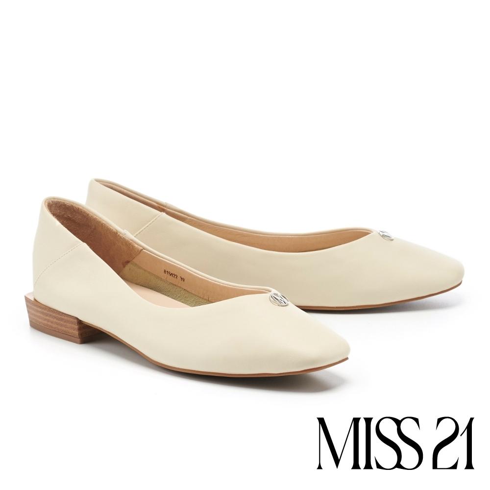 低跟鞋 MISS 21 極簡質感品牌 LOGO 釦飾方頭低跟鞋-米