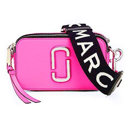 MARC JACOBS Snapshot  防刮牛皮品牌字母LOGO織帶相機包(螢光粉紅)