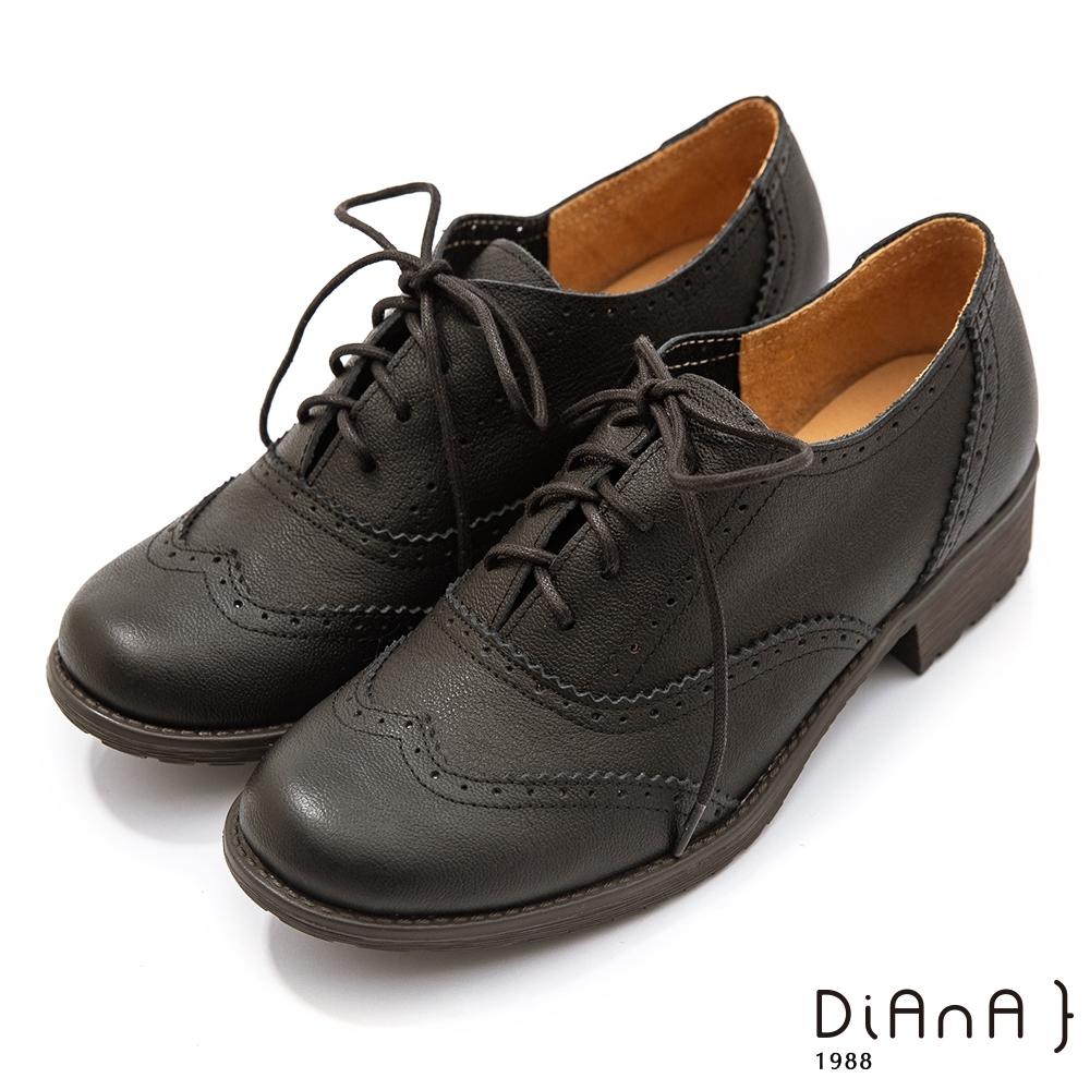 DIANA 3 cm質感牛皮雕花綁帶低跟牛津鞋–漫步雲端焦糖美人–黑咖啡