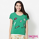 SOMETHING 巴黎趣味貼標短袖T恤-女-綠色