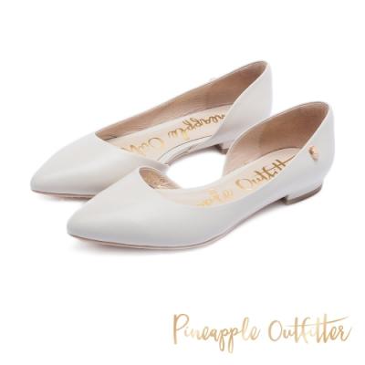 Pineapple Outfitter 簡約雅緻 質感牛皮側挖空尖頭低跟鞋-米色