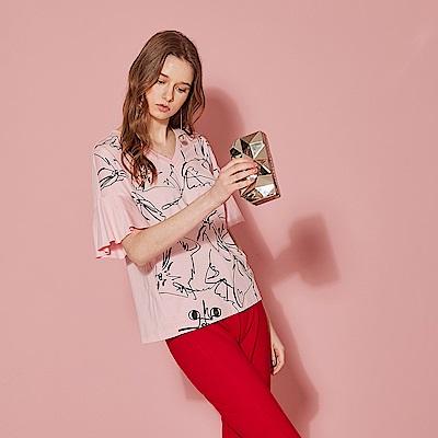 ICHE 衣哲 時尚V領印花荷葉喇叭袖拼接造型上衣(兩色)-櫻花粉