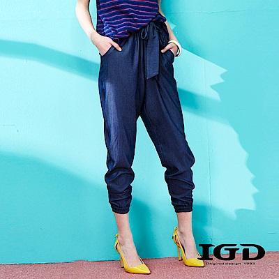 IGD英格麗 丹寧風褶皺綁帶束口九分褲-深藍
