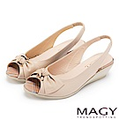 MAGY 優雅名媛 扭結交叉鞋面魚口牛皮楔型涼鞋-裸色