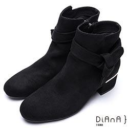 DIANA 率性自我-綁帶後跟金屬片飾羊絨布粗跟短靴-黑