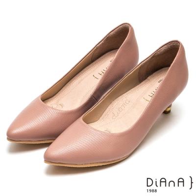DIANA素雅壓紋羊皮尖頭高跟鞋-漫步雲端厚切焦糖美人-粉