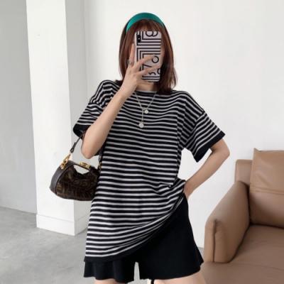 La Belleza圓領黑白條紋針織寬鬆上衣加黑色針織短褲套裝