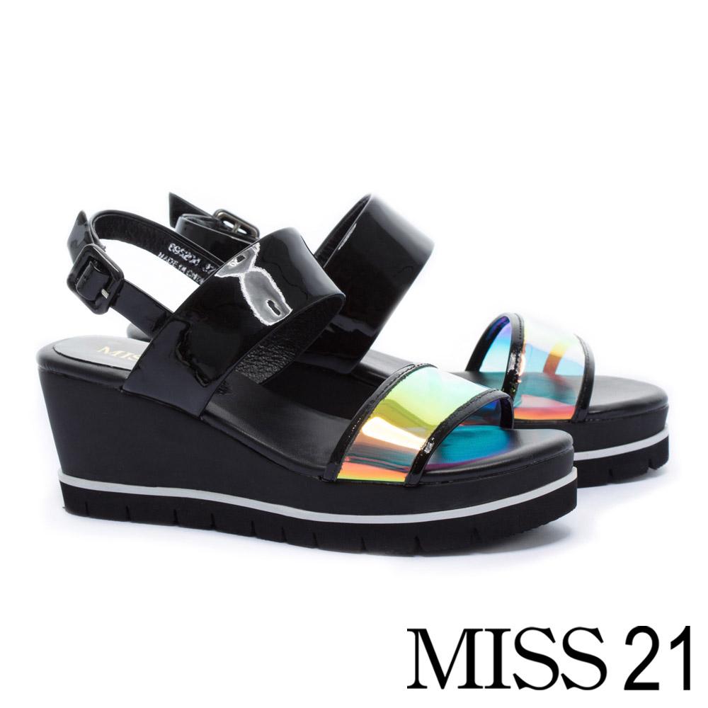 涼鞋 MISS 21 酷感幻彩一字帶膠片軟漆皮楔型涼鞋-黑