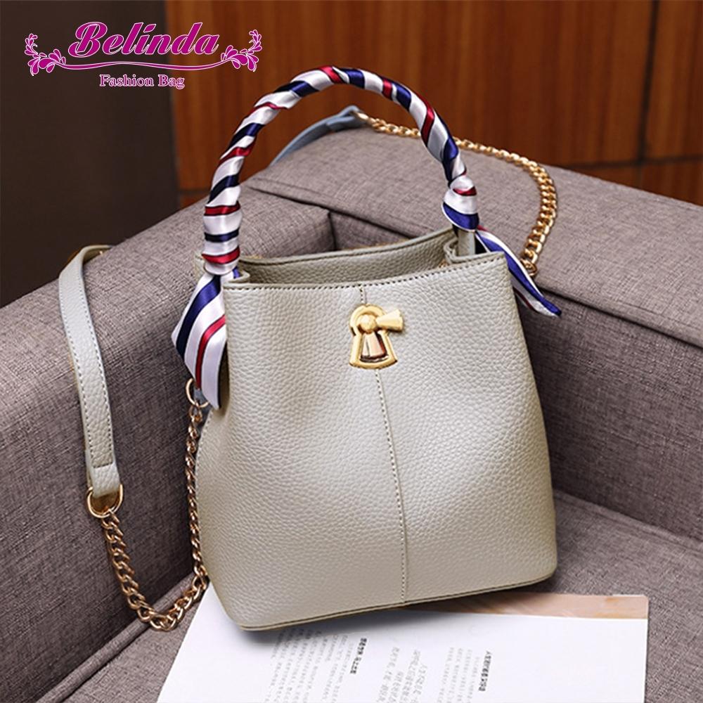 【Belinda】奧波萊荔枝紋絲巾轉扣手提側背水桶包(米白色)