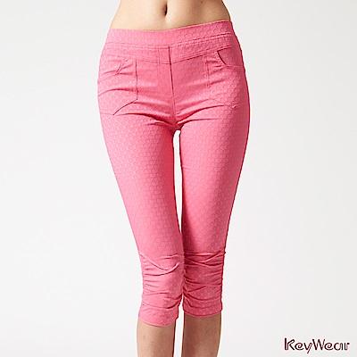 KeyWear奇威名品    低調奢華細緻印花七分褲-桃紅色