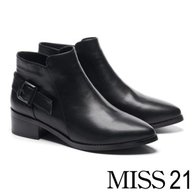 短靴 MISS 21 低調亮澤斜釦帶裝飾尖頭粗跟靴-黑