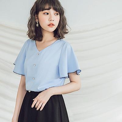 珍珠釦花邊荷葉袖微光澤V領襯衫-OB嚴選