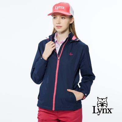 【Lynx Golf】女款防水透濕功能打洞Lynx Golf字樣袋蓋設計長袖可拆式連帽外套-深藍色