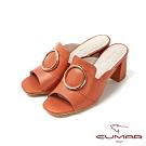 CUMAR普羅旺斯莊園- 大圓金屬飾釦裝飾一字帶粗跟涼拖鞋-桔色