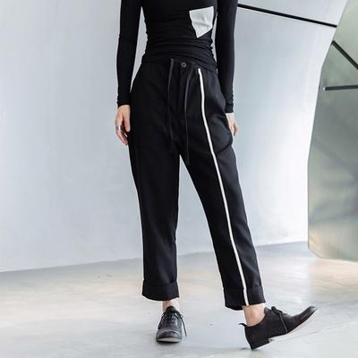 設計所在Style-暗黑風白色線條鑲嵌抽繩九分褲