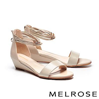 涼鞋 MELROSE 金屬個性壓紋牛皮一字繫帶楔型高跟涼鞋-灰