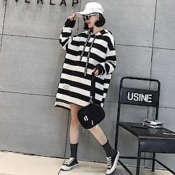 La Belleza黑白粗橫條連帽英文字織帶前短後長開叉棉質洋裝