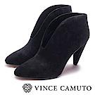 VINCE CAMUTO-牛麂皮V字時髦高跟踝靴-黑色