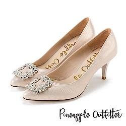 Pineapple Outfitter 璀璨名媛 方鑽飾釦尖頭高跟鞋-米金