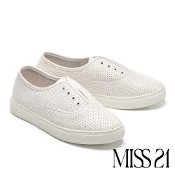 休閒鞋 MISS 21 簡約率性沖孔無綁帶全真皮厚底休閒鞋-白