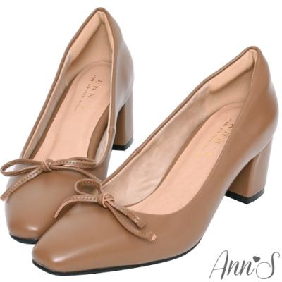 Ann'S法式優雅-油皮細緻蝴蝶結粗跟方頭跟鞋-卡其