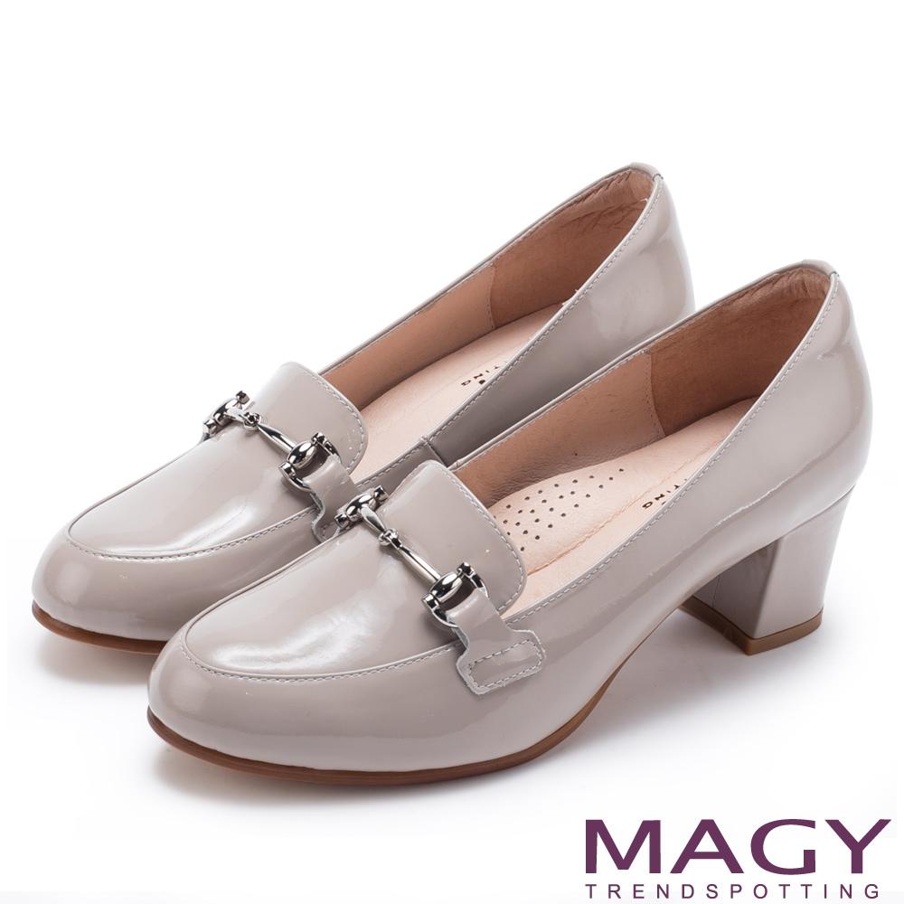 MAGY 氣質首選 金屬飾釦牛皮中跟鞋-灰色