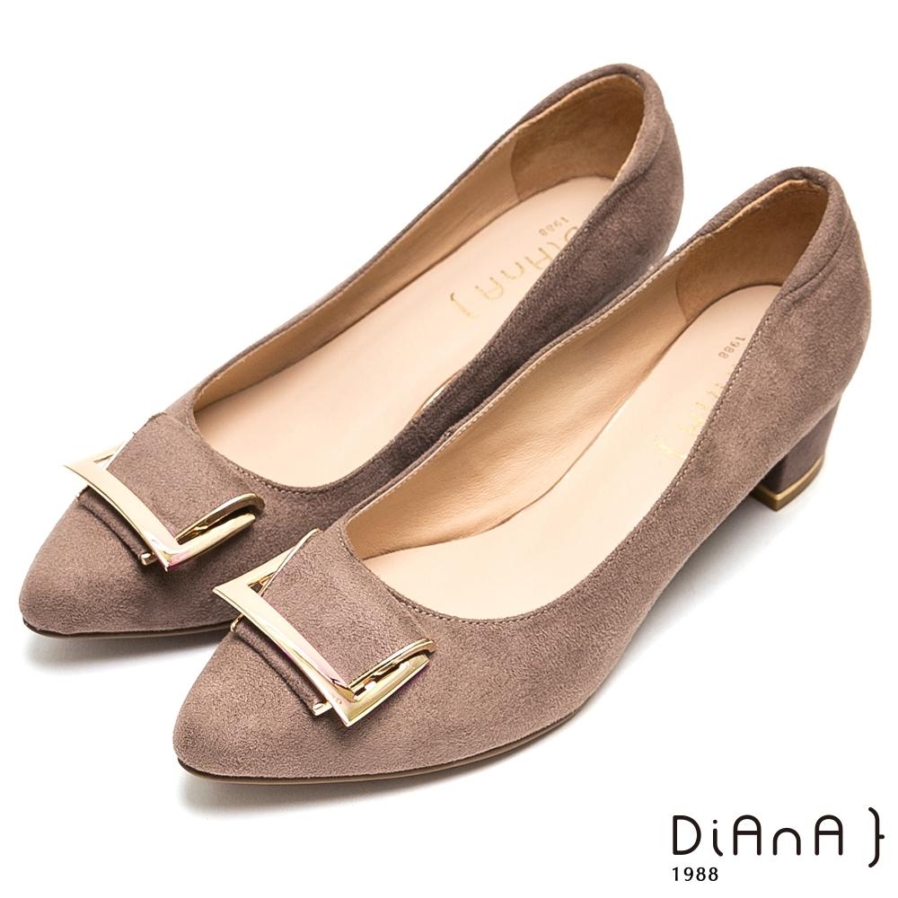 DIANA造型穿釦羊絨尖頭粗跟鞋-都會優雅-卡其
