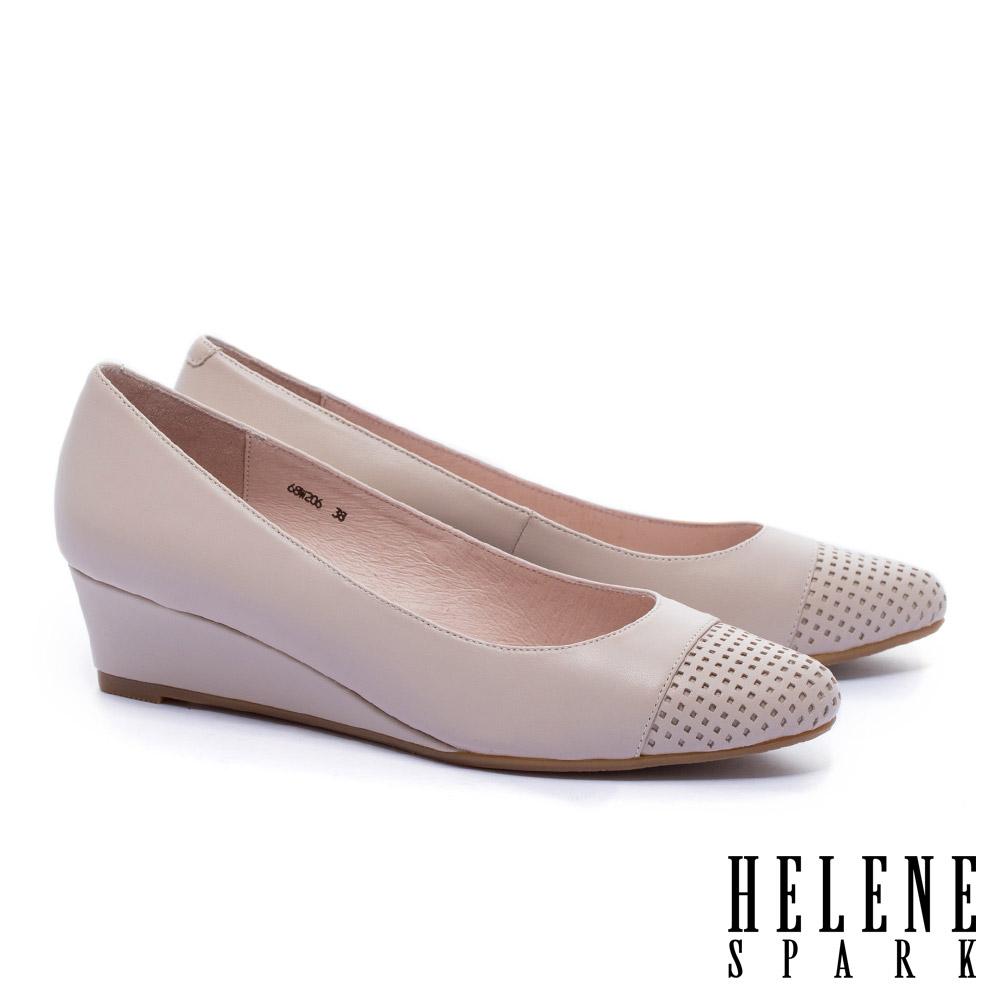 高跟鞋 HELENE SPARK 內斂典雅沖孔拼接羊皮楔型高跟鞋-米