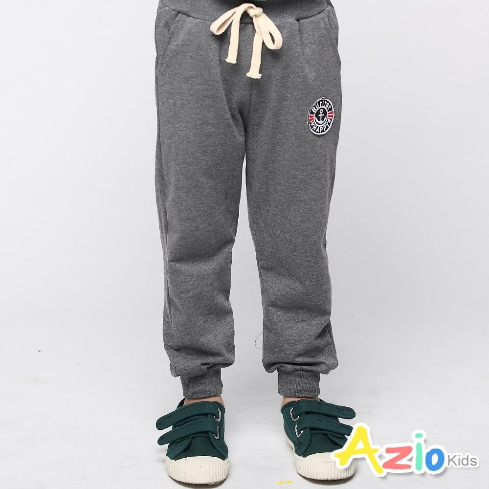 Azio Kids 男童 長褲 素色綁帶刺繡徽章縮口休閒褲 (灰)