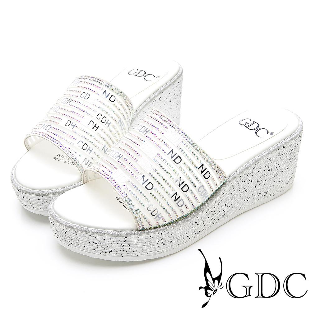 GDC-亮面設計英文字母時尚楔型底台拖鞋-白色