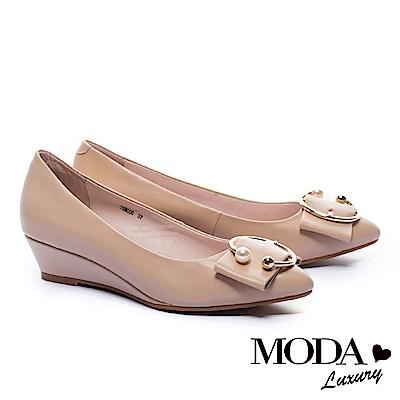 低跟鞋 MODA Luxury 優雅C型珍珠飾釦羊皮楔型低跟鞋-米