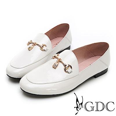 GDC-漆皮氣質素色圓頭金釦兩穿式可踩腳樂福平底鞋-米色
