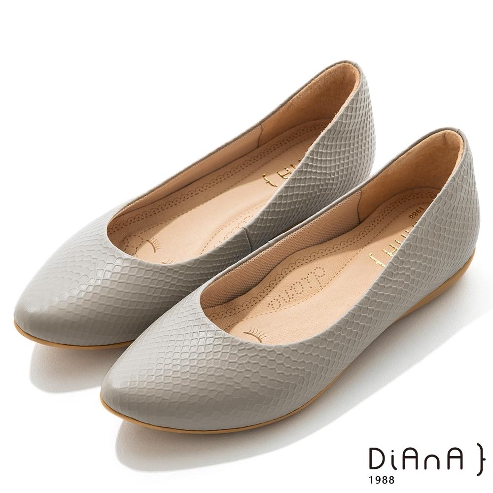 DIANA 2cm布拉格紋羊皮尖頭內增高楔型跟鞋-淺灰