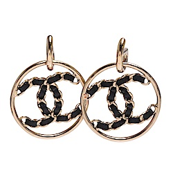 CHANEL 經典CC LOGO圓形簍空鎖鍊皮革穿繞造型穿式耳環(金)