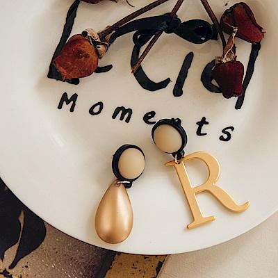 IREAL R字母不對稱造型耳環