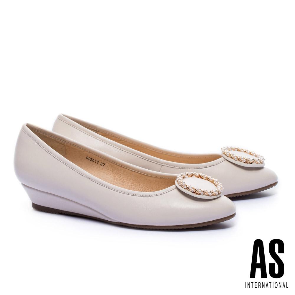 低跟鞋 AS 典雅金屬珍珠圓釦全真皮楔型低跟鞋-米