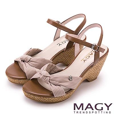 MAGY 異國風情 條紋布面扭結拼接牛皮編織楔型涼鞋-可可
