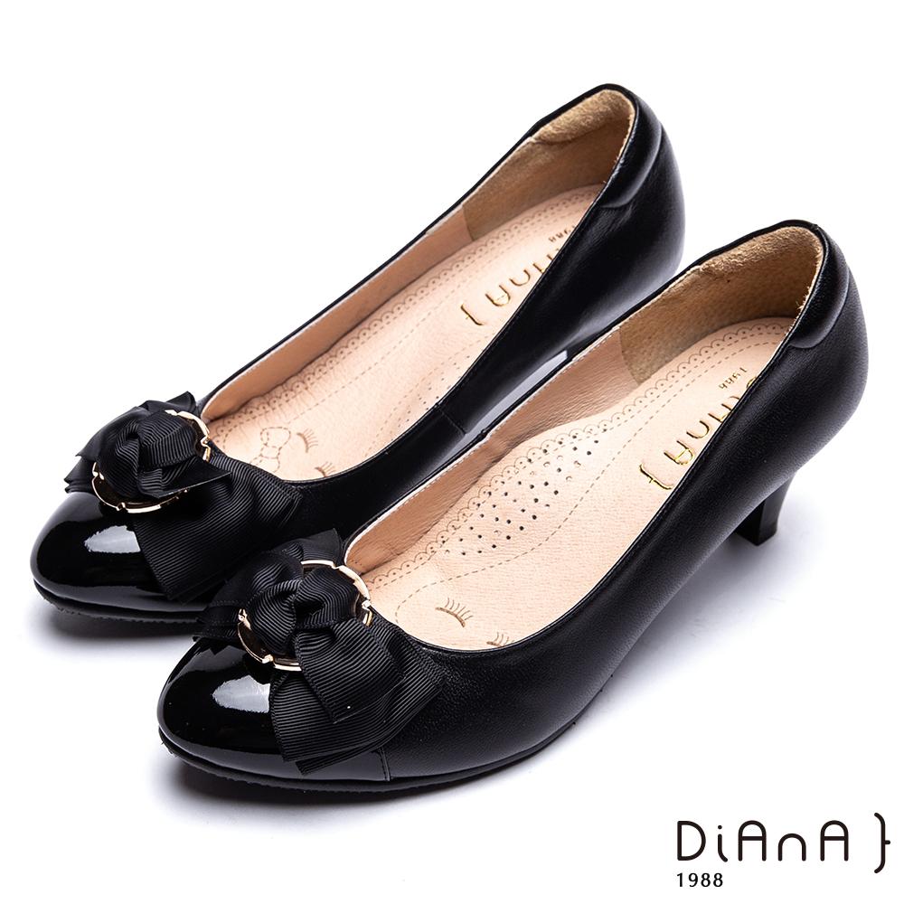 DIANA金屬圓形飾釦真皮跟鞋-甜漾迷人-黑