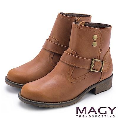 MAGY 中性俏皮 磨面感牛皮扣環短靴-棕色