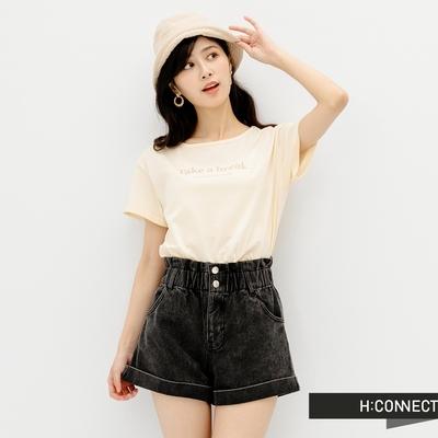 H-CONNECT 韓國品牌 女裝-純色圓領英文字樣袖口反摺T恤-米