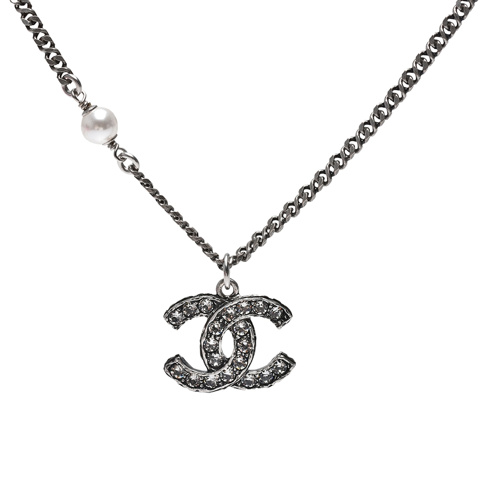 CHANEL 經典雙C LOGO水鑽排列鑲飾珍珠點綴造型項鍊(銀)