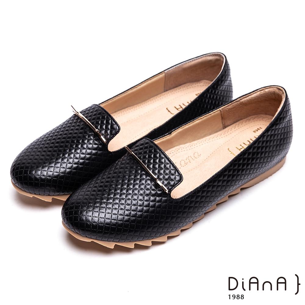 DIANA壓格紋金屬釦飾平底休閒鞋-漫步雲端厚切焦糖美人-黑