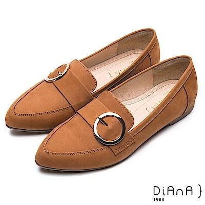 DIANA 漫步雲端厚切焦美人-金屬圓環皮帶飾釦真皮尖頭休閒平底鞋-棕