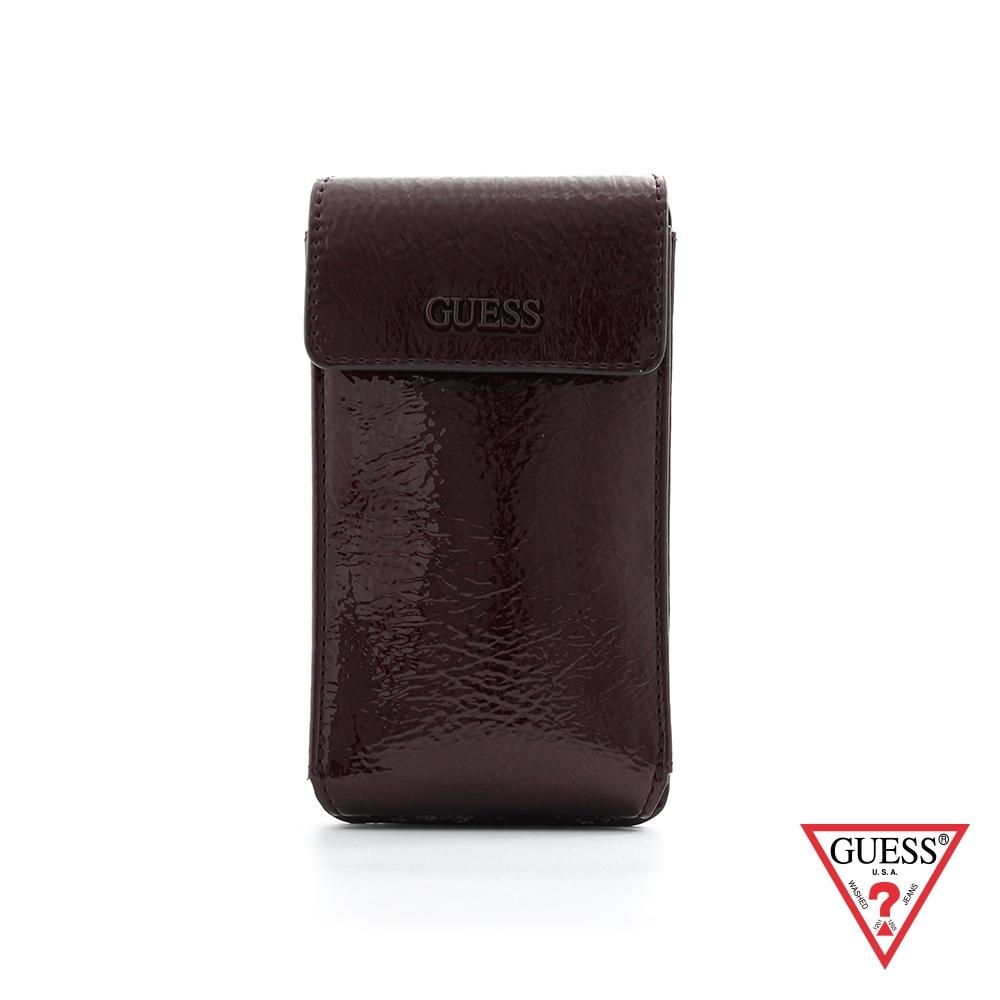GUESS-女包-時尚漆皮素面隨身斜背手機包-酒紅 原價2090