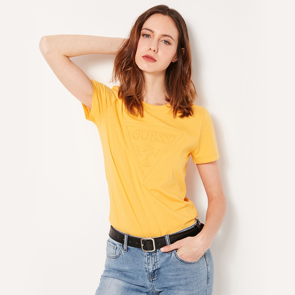GUESS-女裝-經典倒三角logo壓紋短T-黃