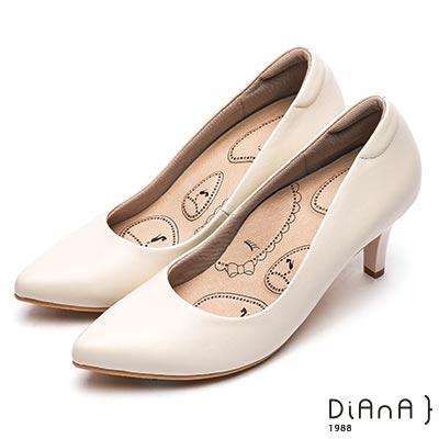 DIANA 漫步雲端布朗尼美人款--輕彈OL舒適7公分尖頭制鞋-米