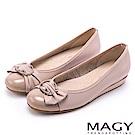 MAGY OL通勤專屬 水鑽C型釦+抓皺蝴蝶結平底鞋-粉紅