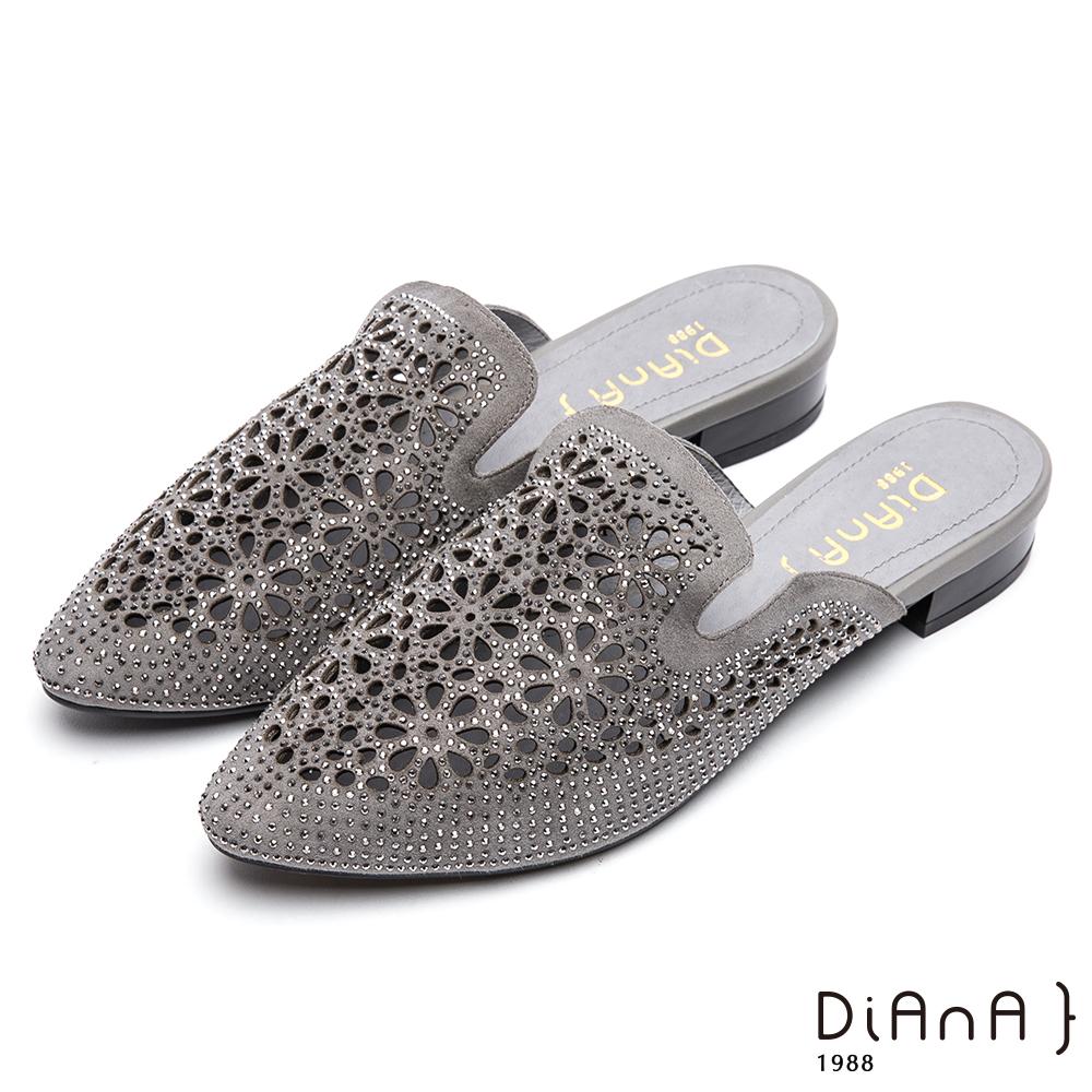 DIANA 閃耀魅力--水鑽簍空質感麂皮尖頭穆勒鞋-灰